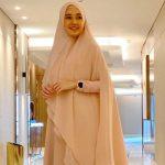 Gaya Hijab Dhini Aminarti Bikin Adem